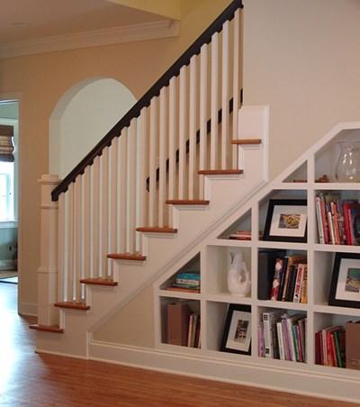 mẫu tủ kệ trang trí dưới chân cầu thang