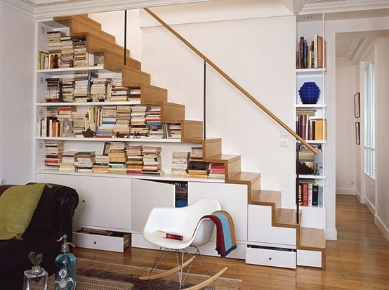 tủ gầm cầu thang chứa sách và trang trí